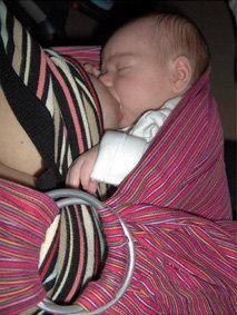 Θηλασμός μωρού σε μαρσιπο ring sling