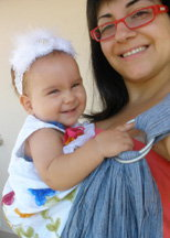 Αγκαλιά με το μωράκι που γελάει