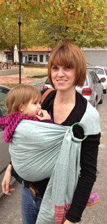 Η Ελένη με το μωρό σε μάρσιπο sling