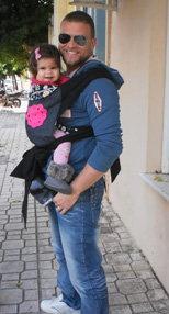 Καταπληκτικός μπαμπάς με το μωρό του σε μάρσιπο