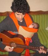 Μπαμπάς παίζει μουσική για το μωρό του