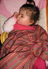 Το μωράκι αποκοιμήθηκε αγκαλιά