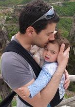 Ο απίθανος μπαμπάς φιλάει το μωρό του