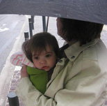 Η γιαγιά με το μωρό στη βροχή