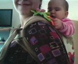 Παιχνιδάκι που κρατά το μωρό απασχολημένο στην πλάτη της μαμάς