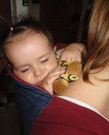 Ύπνος στην πλάτη της μαμάς