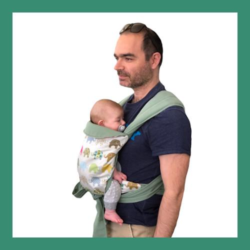 Μπαμπάς φοράει μικρό μωρό που κοιμάται σε εργονομικό μάρσιπο mei tai.