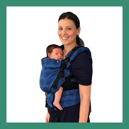 Μαμά φοράει μικρό μωράκι σε μάρσιπο με κλιπς Kinder Hop