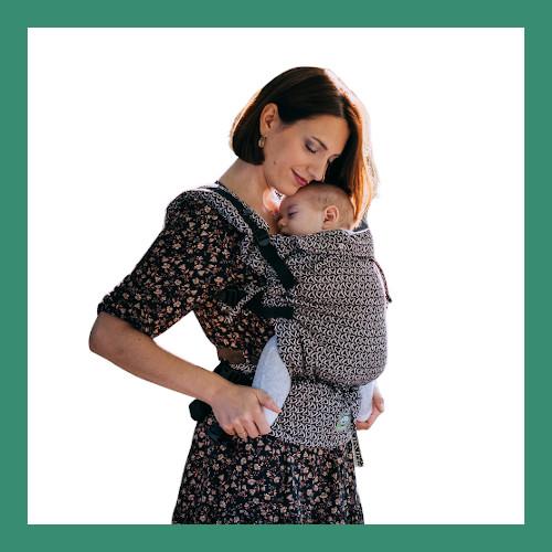 Μαμά φοράει μικρό μωράκι που κοιμάται σε μάρσιπο με κλιπς Luna Dream